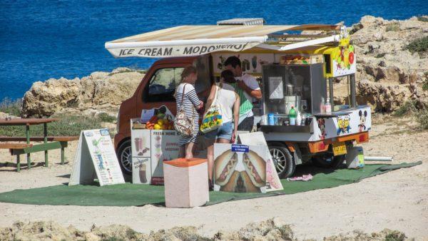 Фургон с кофе, мороженым и хот-догами