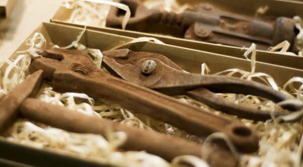 Пример упакованных инструментов из шоколада, сделанные под ржавчину
